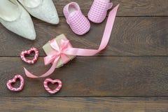 Imagem aérea da opinião de tampo da mesa do feriado do dia de mães da decoração ou do conceito feliz do fundo da roupa de forma Foto de Stock Royalty Free