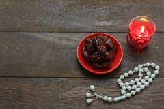 Imagem aérea da opinião de tampo da mesa do feriado de Ramadan Kareem das decorações Fotos de Stock