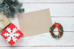 Imagem aérea da opinião de tampo da mesa dos acessórios a viajar na viagem do Feliz Natal & do ano novo feliz Foto de Stock Royalty Free