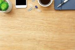 Imagem aérea da opinião de tampo da mesa estacionária no fundo da mesa de escritório fotografia de stock royalty free