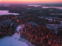 Imagem aérea da paisagem colorida do inverno na luz da noite Fotos de Stock