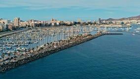 imagem aérea do zangão do complexo do porto e do porto com os veleiros que esperam para começar a regata 2018 de cruzamento de Oc fotos de stock