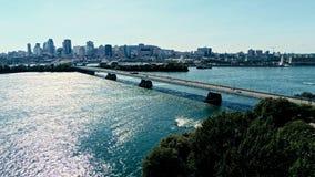 Imagem aérea do zangão de montreal com pontes e arranha-céus no fundo no horizonte foto de stock
