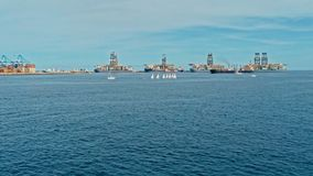 imagem aérea do zangão do porto com os navios e os veleiros de petroleiro do óleo do recipiente de carga na área da entrada imagens de stock royalty free