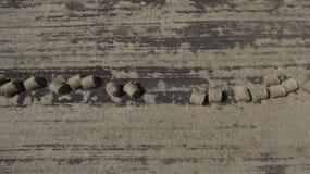 Imagem aérea dos monte de feno no campo fotos de stock