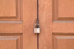 a imagem abstrata da fechadura da porta pela chave, porta de madeira do templo é lo Imagens de Stock