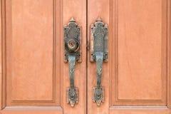 a imagem abstrata da fechadura da porta pela chave, porta de madeira do templo é lo Fotos de Stock