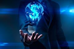 A imagem abstrata da mão guarda a lâmpada da iluminação e o sinal de dólar para dentro o conceito de financeiro, ideia, futurista fotos de stock royalty free