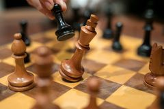 A imagem abstrata da mão toma um checkmate imagem de stock royalty free