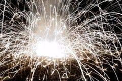Imagem abstrata de um fogo de artifício de explosão na noite Imagens de Stock