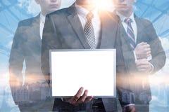 A imagem abstrata de um homem de negócios que mostra uma imagem do whiteboard e da arquitetura da cidade do modelo é o contexto o foto de stock royalty free