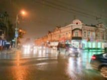 Imagem abstrata Defocused Efeito de Bokeh Fundo borrado Nivelando a arquitetura da cidade no tempo chuvoso Carros e luzes da noit imagem de stock royalty free