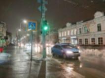 Imagem abstrata Defocused Efeito de Bokeh Fundo borrado Nivelando a arquitetura da cidade no tempo chuvoso Carros e luzes da noit imagem de stock