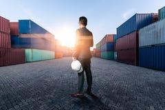 A imagem abstrata do coordenador que est? na jarda do recipiente durante o nascer do sol o conceito da engenharia, transporte, es foto de stock