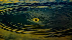 A imagem abstrata do furo do redemoinho da água no lago ou a lagoa gostam de um blackhole no universo imagens de stock