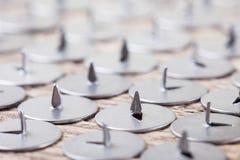 Imagem abstrata do percevejo afiado do metal, foco seletivo imagem de stock
