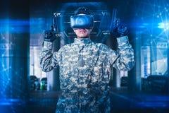 A imagem abstrata do uso que do soldado os vidros de um VR para o treinamento da simula??o do combate overlay com o holograma o c fotografia de stock royalty free