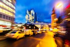 Imagem abstrata do zumbido de uma cena da rua na cidade na noite fotografia de stock
