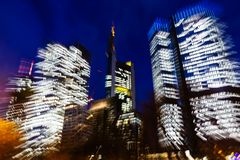 Imagem abstrata do zumbido dos arranha-céus em Francoforte, Alemanha, na noite fotografia de stock