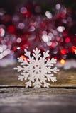 Imagem abstrata dos flocos de neve em um fundo de madeira Imagem de Stock Royalty Free