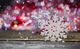 Imagem abstrata dos flocos de neve em um fundo de madeira fotos de stock royalty free