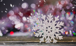 Imagem abstrata dos flocos de neve em um fundo de madeira imagens de stock royalty free