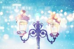 Imagem abstrata e mágica de luzes de rua do Natal fotos de stock royalty free