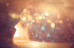 Imagem abstrata e surrealista da caverna com luz a revelação e abre a porta, conceito da história da Bíblia Sagrada imagem de stock