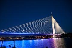 Imagem abstrata - luzes da noite da ponte de suspensão Skyline do crepúsculo foto de stock royalty free