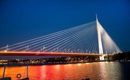 Imagem abstrata - luzes da noite da ponte de suspensão Skyline do crepúsculo Fotografia de Stock Royalty Free
