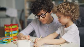 Imagem adorável do desenho da criança com lápis quando mãe que fala e que sorri video estoque