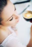 Imagem agradável de descansar a mulher moreno que guarda uma xícara de café fotografia de stock royalty free