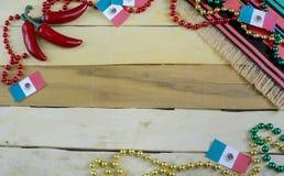 Imagem agrad?vel para Cinco de Mayo, uma celebra??o mexicana, no 5o maio Gr?nulos vermelhos, verdes e do ouro com bandeira mexica imagem de stock royalty free