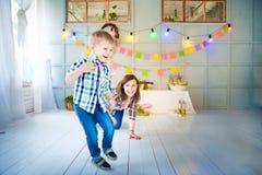 Imagem alegre da Páscoa da mãe e do bebê foto de stock royalty free