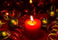 Imagem ardente do bokeh da vela da noite festiva do ` s do Natal e do ano novo Fotos de Stock Royalty Free