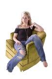 Imagem artística de uma mulher que senta-se em uma cadeira foto de stock