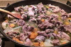 Imagem ascendente próxima da carne com os vegetais que stewing na bandeja com colher de madeira Acima da vista, foto de stock royalty free