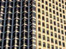 Imagem ascendente pr?xima da fachada moderna do skyscapter, muitas janelas do escrit?rio, conceito do neg?cio fotos de stock royalty free