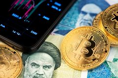 Imagem ascendente próxima de Bitcoin com as cédulas do rial iraniano fotos de stock royalty free