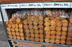 Imagem ascendente próxima de cookies japonesas típicas do arroz foto de stock
