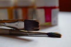 Imagem ascendente próxima de escovas de pintura foto de stock royalty free