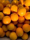 Imagem ascendente próxima de um grupo das laranjas no mercado imagem de stock royalty free