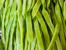 Imagem ascendente próxima de um grupo de feijões verdes no mercado vertical imagem de stock royalty free
