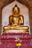 Imagem assentada antiga da Buda no templo budista em Bagan foto de stock royalty free