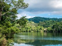 Imagem bonita colorida de HDR de uma vista pastoral das casas em um l Imagens de Stock Royalty Free