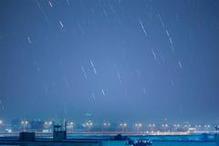A imagem bonita da fuga da estrela durante a noite do Geminids mete Foto de Stock Royalty Free