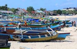 Imagem bonita de barcos de pesca na baía de Jimbaran em Bali Indonésia, praia, oceano, barcos de pesca e aeroporto na foto fotos de stock royalty free