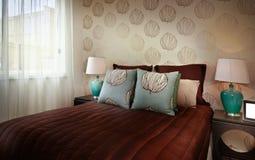 Imagem bonita de um quarto com o bedsheet romântico vermelho Fotografia de Stock