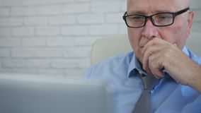 Imagem borrada com homem de negócios cansado Working Late no escritório de contabilidade foto de stock