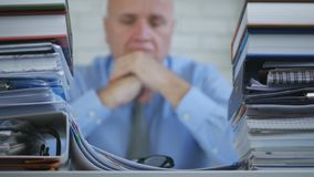Imagem borrada com homem de negócios Image Looking Bored e decepcionado no arquivo O foto de stock